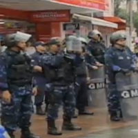 Ambulantes resistem a apreensão e são contidos por Guardas Municipais