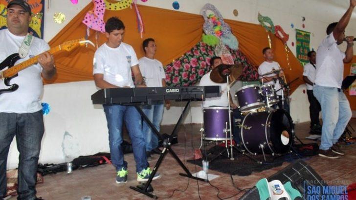 Banda da GCM de São Miguel dos Campos anima carnaval de alunos da rede municipal de ensino