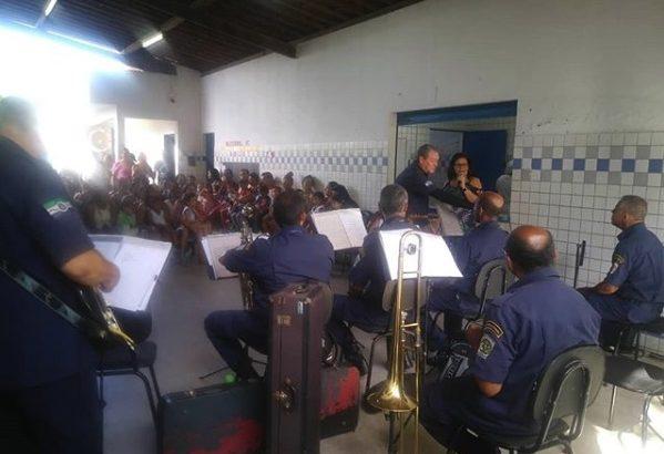 Banda da GMM se apresenta em escola durante festividades do Dia das Mães