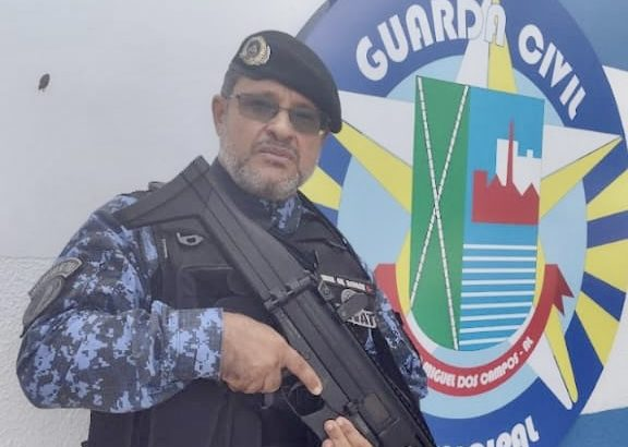 """Guarda municipal que negociou com criminoso em assalto a drogaria de Maceió diz: """"A gente é guarda 24 horas"""""""